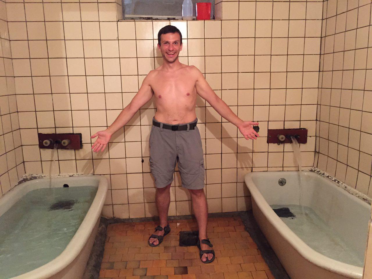 Две милашки с парнем плещутся в ванной фото 597-124