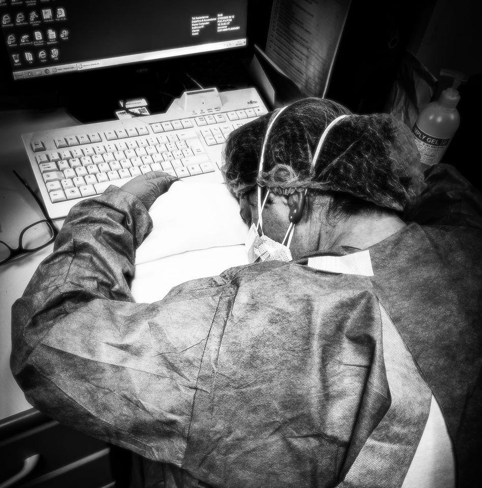 Елена Пальярини, медсестра из Кремоны, уснула за столом после 10-часовой смены