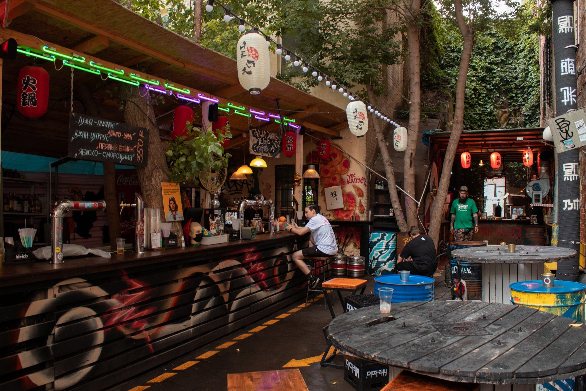 Летняя веранда (или летка) в баре «Вечно молодой»