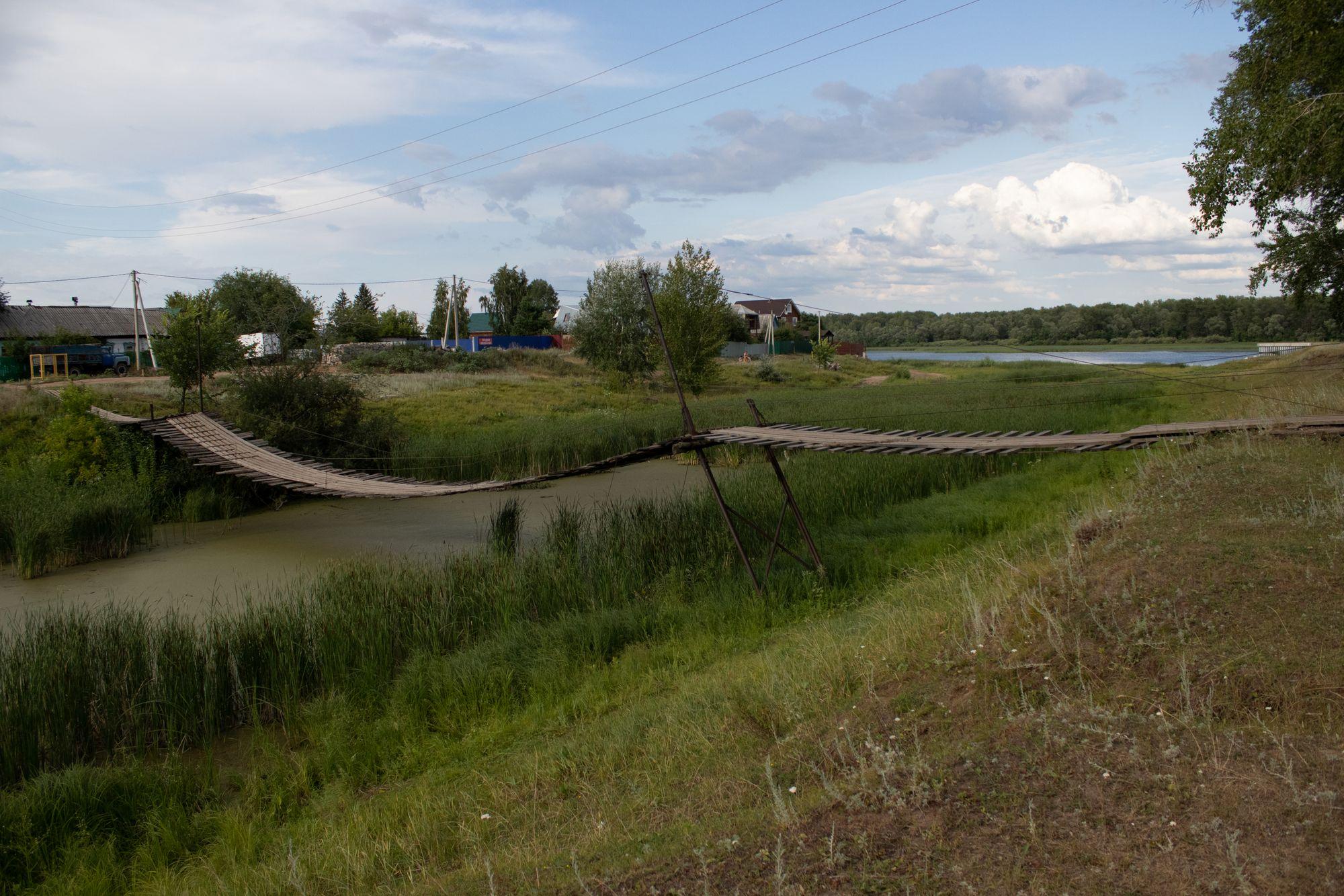 Подвесной мост на окраине села Ширяево